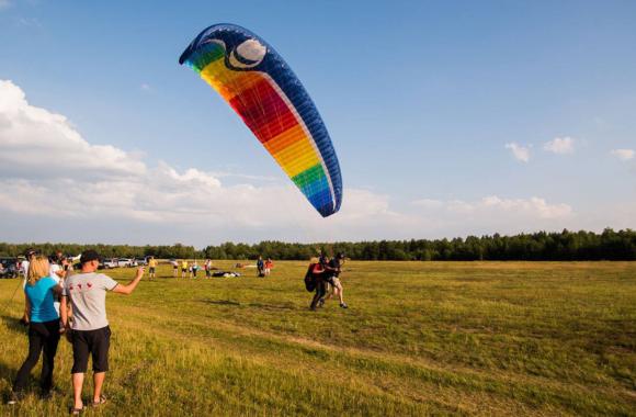 Filip Chajzer podczas startu do lotu na paralotni